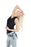 Schöne zufällige junge blonde Aufstellung Stockfotografie