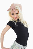 Schöne zufällige junge blonde Aufstellung Stockbild