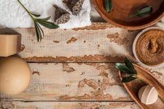 Schöne Zusammensetzung mit Kerzen und Badekurortsteinen auf hölzernem Hintergrund lizenzfreie stockbilder