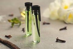 Schöne Zusammensetzung mit Parfümproben stockfotografie