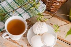 Schöne Zusammensetzung mit Tasse Tee und Eibisch Tasse Tee des Frühlings-Frühstücks A mit einem weißen Eibisch auf einem hölzerne Stockbilder