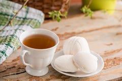Schöne Zusammensetzung mit Tasse Tee und Eibisch Tasse Tee des Frühlings-Frühstücks A mit einem weißen Eibisch auf einem hölzerne Lizenzfreies Stockfoto