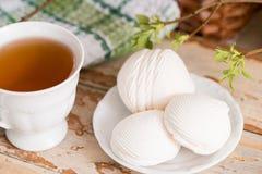 Schöne Zusammensetzung mit Tasse Tee und Eibisch Tasse Tee des Frühlings-Frühstücks A mit einem weißen Eibisch auf einem hölzerne Lizenzfreie Stockfotos