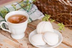 Schöne Zusammensetzung mit Tasse Tee und Eibisch Tasse Tee des Frühlings-Frühstücks A mit einem weißen Eibisch auf einem hölzerne Lizenzfreie Stockbilder