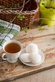 Schöne Zusammensetzung mit Tasse Tee und Eibisch Tasse Tee des Frühlings-Frühstücks A mit einem weißen Eibisch auf einem hölzerne Lizenzfreies Stockbild