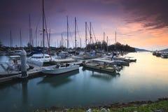 Schöne Zusammensetzungsansicht des malaysischen Hafens mit einem yatch während des Sonnenuntergangs Lizenzfreies Stockfoto