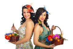 Schöne zwei Frühlingsfrauen mit Blumen Lizenzfreie Stockfotos