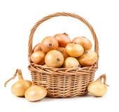 Schöne Zwiebel im Korb lokalisiert auf weißem Hintergrund Stockfotos