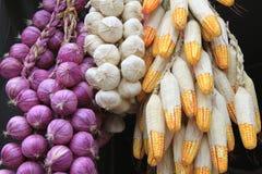 Schöne Zwiebeln, Knoblauch und Mais Stockfotografie