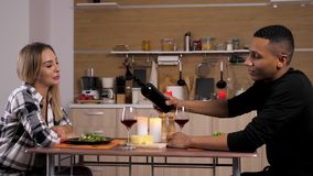 Schöne zwischen verschiedenen Rassen Paare, die Kerzenlicht zu Abend essen stock video footage