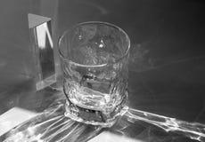 Schöner ätzender Effekt als Licht überschreitet durch ein Glas lizenzfreie stockfotografie