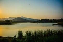 Schöner Abend am See in Thailand Stockfotografie