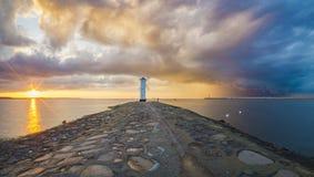 Schöner Abendhimmel über dem Leuchtturm auf der Ostsee, Pol Lizenzfreie Stockfotografie