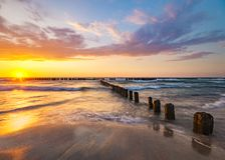 Schöner Abendhimmel über dem Meer und der Strand bei Sonnenuntergang Lizenzfreie Stockbilder