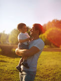 Schöner Abendsonnenuntergang, glücklicher Vater und Sohn, Sommer Stockfotografie