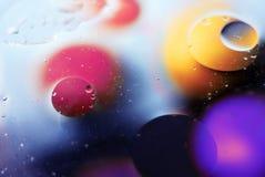 Schöner abstrakter Raumhintergrund, Mischtropfen und Wasser und Öl stockbild