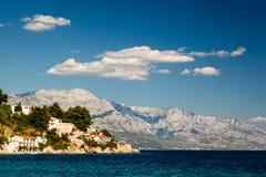 Schöner adriatischer Strand und Lagune mit blaues Wasser-naher Spalte Stockfoto