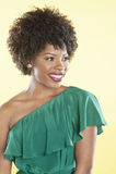 Schöner Afroamerikaner in einem weg Schulterkleid, das weg über farbigem Hintergrund schaut Stockbilder