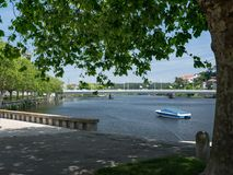 Schöner Allee-Fluss unter Baum, Vila do Conde, Porto, Portugal stockbild