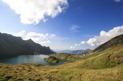 Schöner alpiner See lizenzfreies stockbild