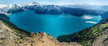 Schöner alpiner See und schneebedeckte Berge Stockfotografie