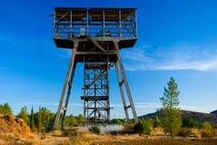 Schöner alter Grubenkontrollturm in Spanien. Lizenzfreie Stockbilder