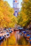 Schöner alter Kanal im Herbst in Amsterdam, die Niederlande Stockfoto