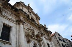 Schöner alter Palast auf der gehenden Hauptstraße in der alten Stadt von Dubrovnik Stockfoto