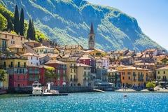 Schöner alter Stadthafen in der italienischen Stadt von Varenna Lizenzfreie Stockfotografie