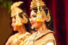 Schöner Apsara-Khmertanz, der das Ramayana-Epos darstellt Rotes Cu stockfotos