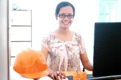 Schöner Architekt der jungen Frau, der an ihrem Computer in offic arbeitet Stockfotografie