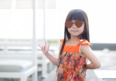 Schöner Asiat des kleinen Mädchens des Porträts einer lächelnden Stellung am Swimmingpool Stockfoto