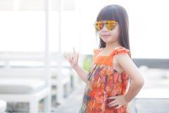 Schöner Asiat des kleinen Mädchens des Porträts einer lächelnden Stellung am Swimmingpool Stockfotografie