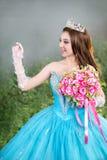 Schöner Asiatinblumenblumenstrauß an Hand mit traditionellem Dr. Lizenzfreies Stockfoto