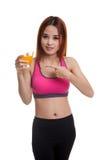 Schöner asiatischer gesunder Mädchenpunkt zum Orangensaft Stockfotos