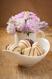 Schöner Asterblumenblumenstrauß und -schokoladen Stockfotografie