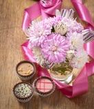 Schöner Asterblumenblumenstrauß und -schokoladen Lizenzfreies Stockbild