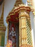 Schöner, aufwändiger Goldeingang zu einem Tempel in Thailand Stockbilder