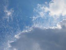 Schöner ausführlicher blauer Himmel mit Wolken stockbilder