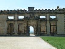 Schöner Ausgang von einem historischen Steingebäude lizenzfreie stockfotos