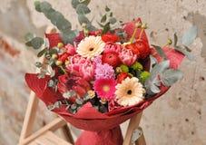 Schöner Autor ` s Blumenstrauß einer Floristennahaufnahme stockbild