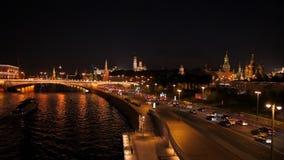 Schöner Autumn City Center mit Nachtverkehr 4K Zeitspanne Moskau, Russland stock video