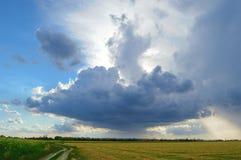 Schöner Autumn Field unter stürmischem Himmel Lizenzfreies Stockbild