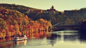 Schöner Autumn Landscape mit Veveri-Schloss Natürliche bunte Landschaft mit Sonnenuntergang Brno dämmen-tschechisches Republik-Eu stockfoto