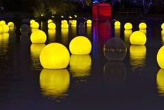 Schöner Ballon auf dem Wasser Stockfotografie