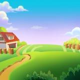 Schöner Bauernhof auf Sunny Day unter dem grünen Hügel Lizenzfreie Stockfotos