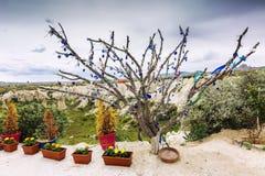 Schöner Baum, verziert mit Amuletten für gutes Glück, im Tal der Liebe in Cappadocia stockfotos
