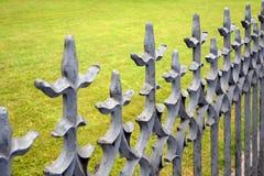Schöner bearbeiteter Zaun Bild eines dekorativen Roheisenzauns Metallzaun-Abschluss oben Stockbilder
