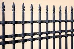 Schöner bearbeiteter Zaun Bild eines dekorativen Roheisenzauns Metallzaun-Abschluss oben Stockbild