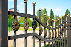 Schöner bearbeiteter Zaun Bild eines dekorativen Roheisenzauns Metallzaun-Abschluss oben Lizenzfreie Stockfotos